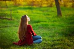 Portret szczęśliwa sporty kobieta relaksuje w parku na zielonej łące Radosny kobieta modela oddychania świeże powietrze outdoors Zdjęcie Royalty Free