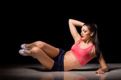 Portret szczęśliwa sporty kobieta robi abs ćwiczyć Radosny kobieta model trenuje indoors Zdrowy aktywny styl życia Zdjęcia Royalty Free