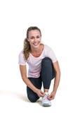 Portret szczęśliwa sporty kobieta wiąże shoelace zdjęcie stock
