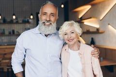 Portret szczęśliwa starsza para patrzeje kamerę obrazy stock