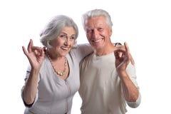 Portret szczęśliwa starsza para pokazuje ok na białym tle fotografia stock