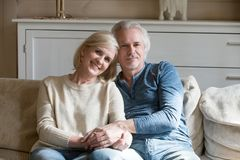 Portret szczęśliwa starzejąca się para pozuje dla obrazka mienia ręk zdjęcie royalty free