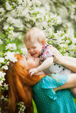 Portret szczęśliwa szczęśliwa matka i syn w wiośnie uprawiamy ogródek zdjęcia royalty free