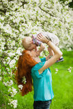 Portret szczęśliwa szczęśliwa matka i syn w wiośnie uprawiamy ogródek zdjęcia stock