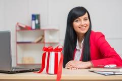Portret szczęśliwa uśmiechnięta biznesowa kobieta z a Zdjęcia Royalty Free