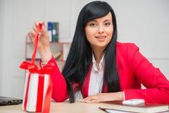 Portret szczęśliwa uśmiechnięta biznesowa kobieta z a Obraz Royalty Free