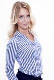 Portret szczęśliwa uśmiechnięta kobieta ubierająca Zdjęcie Stock