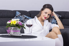 Portret szczęśliwa uśmiechnięta młoda atrakcyjna kobieta Zdjęcie Stock