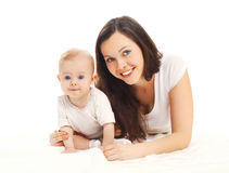 Portret szczęśliwa uśmiechnięta matka z dzieckiem na bielu fotografia royalty free
