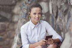 Portret Szczęśliwa, Uśmiechnięta Relaksująca brunetki kobieta i Fotografia Royalty Free