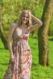 Portret Szczęśliwa Uśmiechnięta Zmysłowa Blond kobieta w wiosna lesie Obraz Stock
