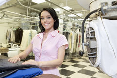 Portret szczęśliwa w połowie dorosła kobieta w pralni Obraz Royalty Free