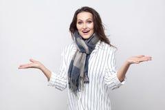 Portret szczęśliwa zadziwiająca piękna brunetki kobieta w białym pasku fotografia royalty free