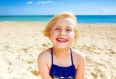 Portret szczęśliwa zdrowa dziewczyna w swimsuit na seashore Zdjęcie Stock