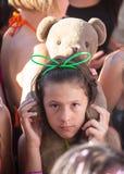 Portret szczęśliwe młode dziewczyny na holi kolorze Zdjęcia Stock
