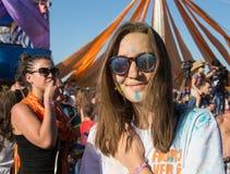 Portret szczęśliwe młode dziewczyny na holi kolorze Zdjęcie Royalty Free