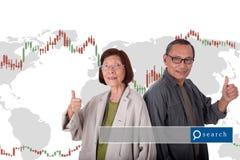 Portret szczęśliwe starsze azjatykcie pary na światowej mapy ans zapasie ma Fotografia Stock