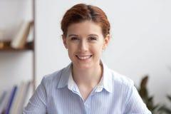 Portret szczęśliwego bizneswomanu fachowy kierownik patrzeje kamerę fotografia stock