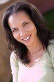 Portret szczęśliwej amerykanin afrykańskiego pochodzenia kobiety uśmiechnięty outside fotografia stock
