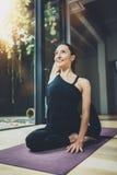 Portret szczęśliwej młodej kobiety ćwiczy joga salowy Piękny dziewczyny praktyki relaksu asana w klasie Calmness i Obrazy Stock
