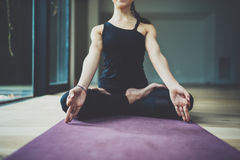 Portret szczęśliwej młodej kobiety ćwiczy joga salowy Piękny dziewczyny praktyki relaksu asana w klasie Calmness i Zdjęcie Royalty Free