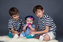 Portret szczęśliwi bracia i śliczna mała siostra zdjęcie royalty free