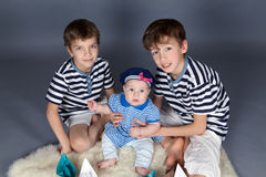 Portret szczęśliwi bracia i śliczna mała siostra obrazy royalty free