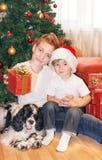 Portret szczęśliwi dzieci na choinki tle zdjęcie stock