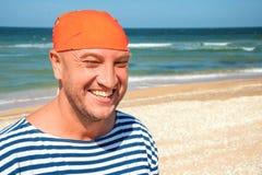Portret szczęśliwi mężczyzna przeciw morzu pojęcie dom zdala od domu zdjęcie stock