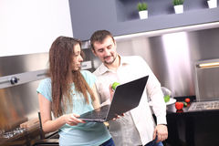 Portret szczęśliwi potomstwa dobiera się kucharstwo w kuchni wpólnie Fotografia Stock