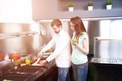 Portret szczęśliwi potomstwa dobiera się kucharstwo w kuchni wpólnie Zdjęcie Royalty Free