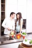 Portret szczęśliwi potomstwa dobiera się kucharstwo w kuchni wpólnie Fotografia Royalty Free