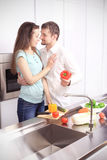Portret szczęśliwi potomstwa dobiera się kucharstwo w kuchni wpólnie Zdjęcie Stock