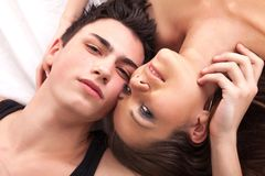 Portret szczęśliwi potomstwa dobiera się lying on the beach w łóżkowym i uśmiechniętym Fotografia Stock
