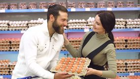 Portret szczęśliwi potomstwa dobiera się w supermarkecie z pudełkiem kurczaków jajka zdjęcie wideo