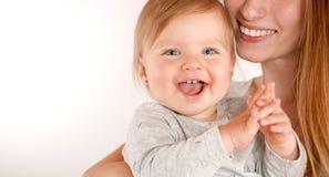 Portret szczęśliwi potomstwa matkuje blisko ślicznego dziecka Zdjęcie Stock