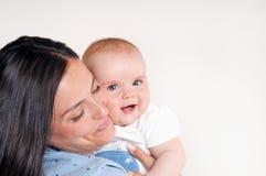 Portret szczęśliwi potomstwa matkuje blisko ślicznego dziecka Zdjęcia Stock
