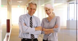 Portret szczęśliwi starsi biznesowi profesjonaliści ono uśmiecha się przy kamerą zdjęcia stock