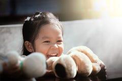 Portret szczęśliwy śliczny azjatykci małej dziewczynki śmiać się Obrazy Royalty Free