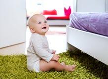 Portret szczęśliwy śliczny dziecka dziecka wnętrze w domu Obrazy Stock