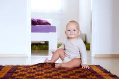 Portret szczęśliwy śliczny dziecka dziecka wnętrze w domu Obraz Royalty Free