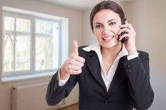 Portret szczęśliwy żeński makler pokazuje kciuk up Zdjęcie Royalty Free