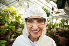 Portret szczęśliwy żeński naukowiec jest ubranym czystego kostium Zdjęcia Royalty Free