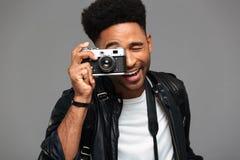Portret szczęśliwy afro amerykański facet w skórzanej kurtce Fotografia Royalty Free