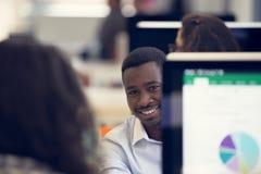 Portret szczęśliwy amerykanina afrykańskiego pochodzenia przedsiębiorca zdjęcie stock