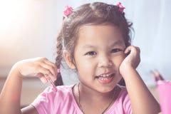 Portret szczęśliwy azjatykci dziecko dziewczyny ono uśmiecha się Fotografia Stock