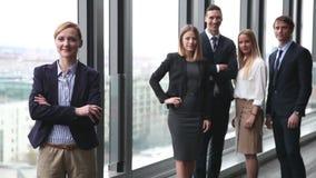Portret szczęśliwy bizneswoman, koledzy ono uśmiecha się w tle zdjęcie wideo
