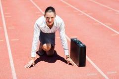 Portret szczęśliwy bizneswoman z teczką w gotowym biegać pozycję Obraz Royalty Free