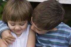Portret szczęśliwy brata i siostry przytulenie Obraz Stock