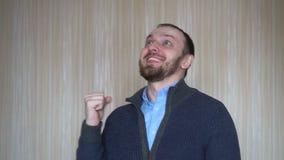 Portret szczęśliwy brodaty młody człowiek patrzeje zaskakujący pozytywna ludzka emocja zbiory